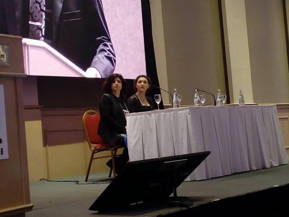 Escuchando la apertura de Congreso por el Licenciado Ficetti junto a Silvia H. Pérez Damonte.